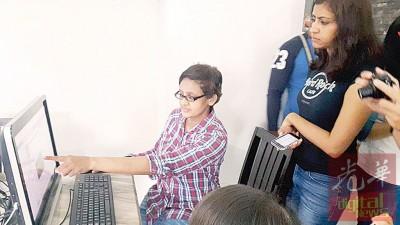 姬达向记者展示通过新媒体向相关方面的投诉从不获得任何回应。