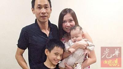 已故黄总达(后左)生前鲜少拍照,这张摄于4年前的全家福旧照,是一家4口难得的合照。