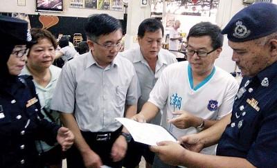 符永耀(右2)向安华展示本身的报案书。旁为罗哈尼和巫程豪。