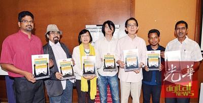 百姓的名公布《2016年人权报告》。左起也要万、盼山慕丁拉益斯、玛丽亚陈、周铨洋、柯嘉逊、阿米尔与阿鲁姆甘。