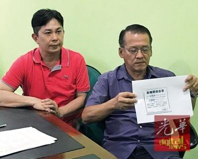 王万锦(右)当张秀福之伴随下,做记者会。