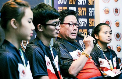 国家跳水队领队萧建华(右2)在集会上回答媒体的提问,左1为骆佳