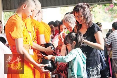 十方佛教徒到玛兴达拉麻佛寺供养16称戒子及法师。