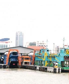 即便增加渡轮班次,但碍于只有2个靠岸码头,民众仍需等待多时。