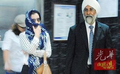 拿汀斯里苏来金戴着头巾,架上墨镜在律师的陪同下出庭。
