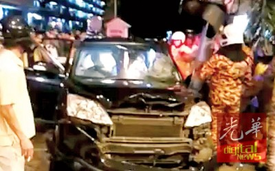 脱拯人员大力将受困者从车内救出。