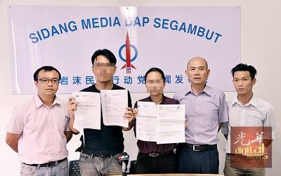 邱女士(左3)向媒体展示文件证明其清白。左起为游佳豪、谢先生、林立迎和赖俊权。