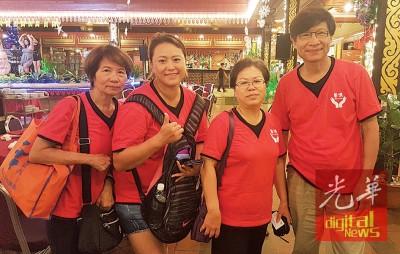 陈火木(右)与队员一起到槟城国际龙舟嘉年华晚宴。左起为李壁燕、蔡沛婷与廖珮均。