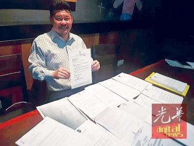 黄家业出示所有与市政厅的书信来往证明其咖啡厅照章申请。