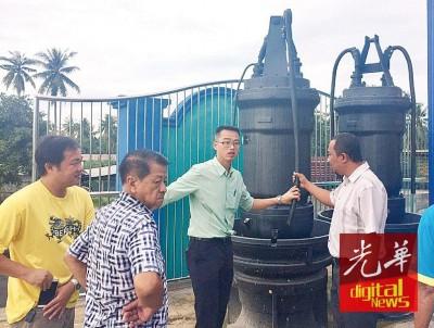 李凯伦及官员巡视被盗取电缆的水泵。
