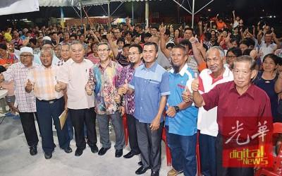 莫哈末拉昔、赖国平及希联乡委会地方领袖出席槟州政府发放优惠券给甲抛峇底区8所华泰小学生活动。
