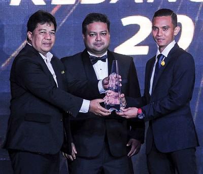 2016年大马足球颁奖典礼,大马足总署理会长拿督斯里阿凡迪(左)颁发特别贡献奖给法伊兹(右)。