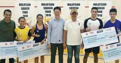 郑敏洁(左2)击败莱切(左3)夺女单冠军,帕加勒斯(右2)则战胜黃祉謙称王,由杜邦区州议员法兹鲁丁(右3)颁奖。