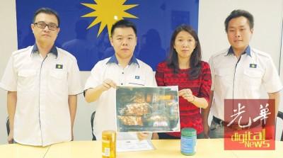 洪友福(左1)、刘国南(左2)和高其章(右1)陪同陈妮嫦召开新闻发布会,发表被征收高税的事件。
