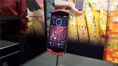 """都故宫周一正式推出""""朕的无绳电话机"""",要价1万9999初人民币(盖1.3万令吉)。"""