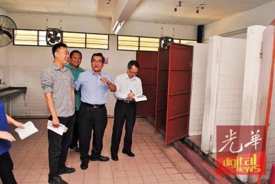 刘子健(右)巡视选区学校,敬群女厕无门。左为许钪凯、李振兴、吴思纶。