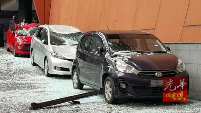 3部停泊在邻近处的小汽车不幸被牵连惨遭镜片压毁。
