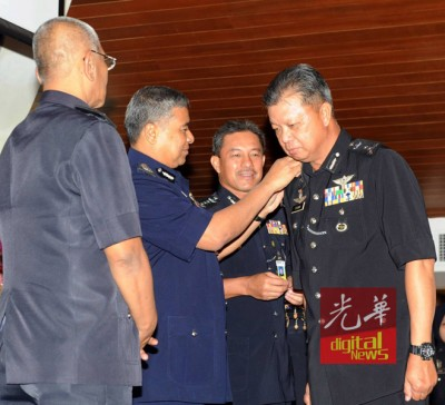 全国总警长丹斯里卡立(左2)当警察擢升仪式上,也蔡义来带警阶。