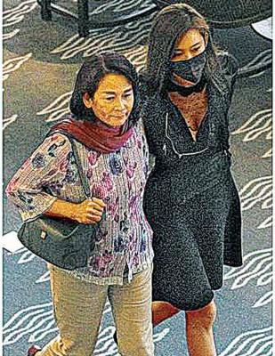 林志玲(右)与妈妈吴慈美离开餐厅,胸前大深V抢眼。