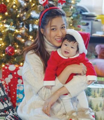 钟嘉欣在圣诞节发女儿萌照。