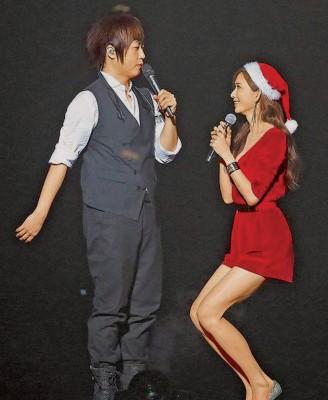 林志玲应景穿着一身红色短裤装,阿信笑说把她当礼物送大家。