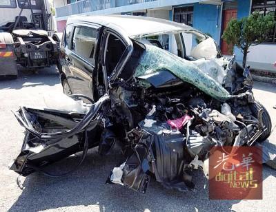 一家七口乘坐的第二国产(ALZA)休旅车,车身毁坏不堪。