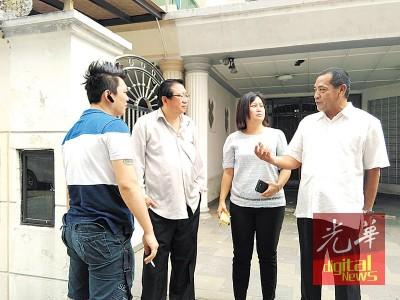 新山市政局建筑组主任依布拉欣(右)也到场了解情况,但对事件不予置评。右2为陈珊珊。