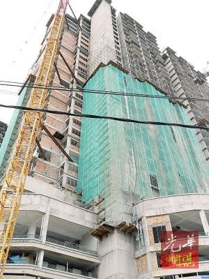 对于建筑物上层未加盖安全护网,负责人表示这没有违规。