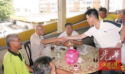 张盛闻到芙蓉公市派发月历,恰巧遇到政敌民主行动党全国组织秘书陆兆福的父亲陆志就,两人大方握手。