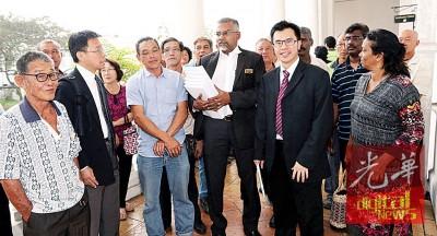 代表农民的律师陈国强(左2),迪鲁莫甘(右3)及翁翰程(右2)在庭外向败诉的农民及出席者解释案情。