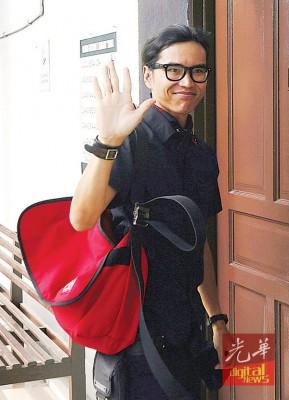 莫哈最后法米步入怡保地庭之前,从未避开镜头,还与记者打招呼。