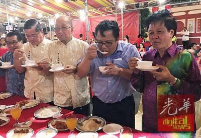 南安美食平安福宴巧遇冬至,诺查兹兰(右2)入乡随俗,一起吃起汤圆。右1起是林奕钦、曾德发及郑金财。