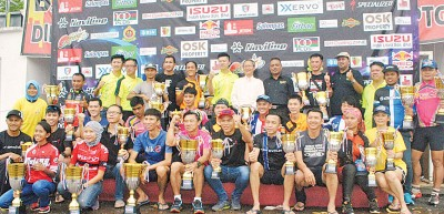 梁荣光(后排右7)颁发奖杯予各组得奖者,右6及右8分别为莫哈未亚明及黄立仁。