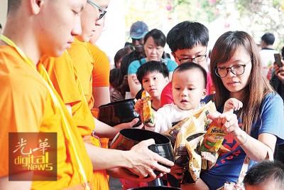 同名女携带孩子与供僧会经常,受孩子以布施品放入戒子的钵中。