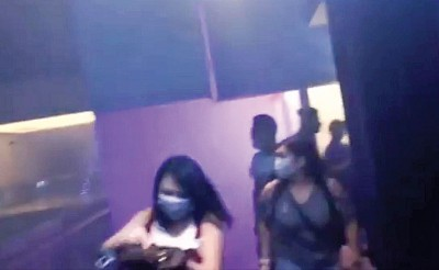 失火时烟雾弥漫,出群众带着口罩逃生。
