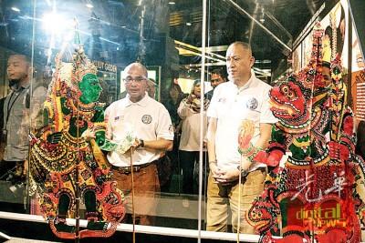 纳兹里(右)参观在国家博物院举行的皮影戏展作品,旁为大马博物院总监拿督卡马鲁。