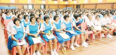 天新国中中平等新生穿着整齐校服到该校报到。
