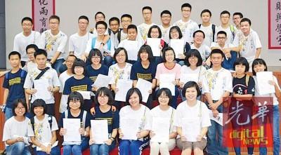 北海锺灵考获9A以上的优秀生齐欢呼。