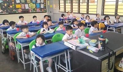 校方考量学子高度后,特制小尺寸桌椅,让学子可以坐得舒服。