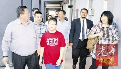 苏建祥(左1)和莫哈最终安努没有(右3)为指控触犯和平集会法令案定于明年1月24天再度过堂。