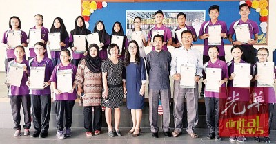 玻中考获4A以上的学生,与江莉莉(前排左6)及副校长黄美玲(前排左5)合影。