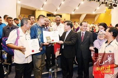 曹观友(右4)与沙比利(右3)恭贺受表彰官员,连鼓励官员继续全力,扶持槟州就2017年治水目标。