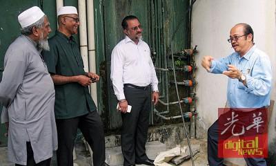 玛布(左起)、阿都拉勿及佳日星聆听余华栋讲解该组屋的水管问题。