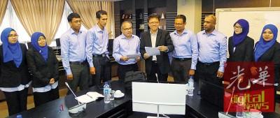 黄泉安(右5)联合PDC Nusabina有限公司经理马兹里(左5)与诸单位主持与工程师,告更多承包商前来对话,连优先登记,与槟州未来提高。