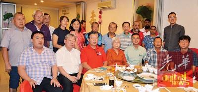 马章武莫区社委会众理事与嘉宾合影,前排左起为洪建铳、陈宗兴、温维安、章瑛、李凯伦、马双喜及王泽钦。
