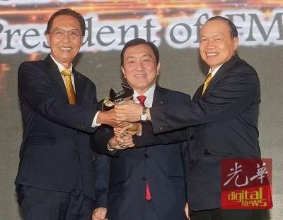 黄家泉(受)见证苏子文(左)移交主席职权予林伟才(右)。