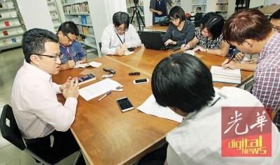 配合行动党50周年党庆暨党代表大会,刘镇东(左)接受中文媒体联访。