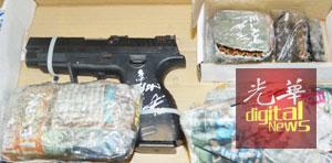 警方在迈薇轿车里所起获的手枪和子弹。