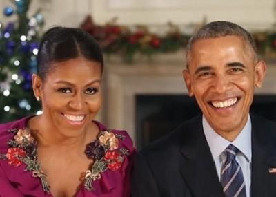 米歇尔(左)伴随奥巴马(右)于白宫作结尾一次圣诞文告。(白宫图片)