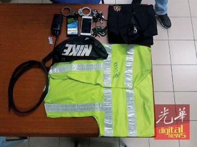 警方在两名假警身上搜获的物件,包括手铐、对讲机、荧光衣、手机等。